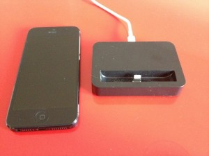 Voici la station d'accueil a côté d'un iPhone 5