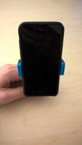 Test du support pour téléphone portable sur grille de ventilation d'Avantek